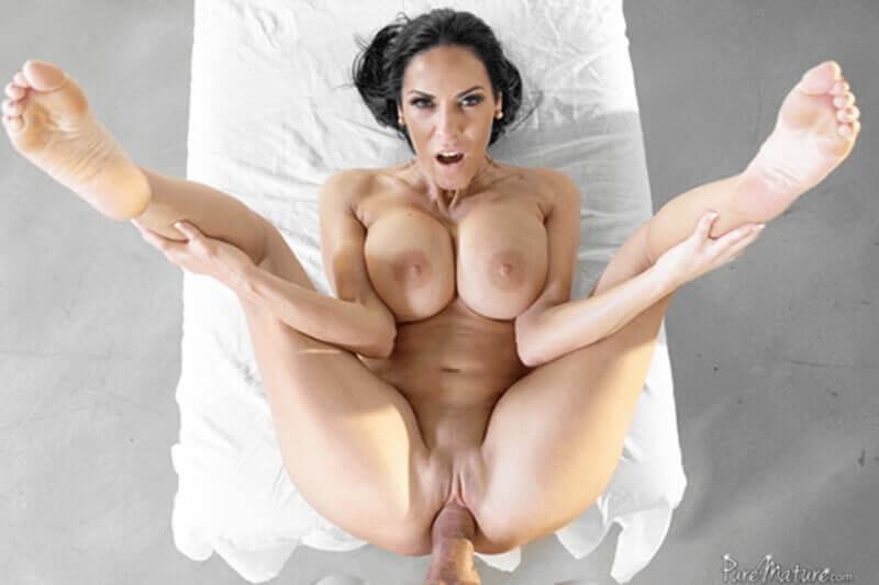 Pornosexbild zeigt reife Titten Lady beim Muschi Fick mit einem jungen Mann
